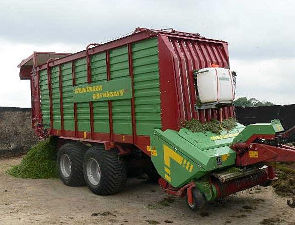 SP-Junior mit Tank an Ladewagen